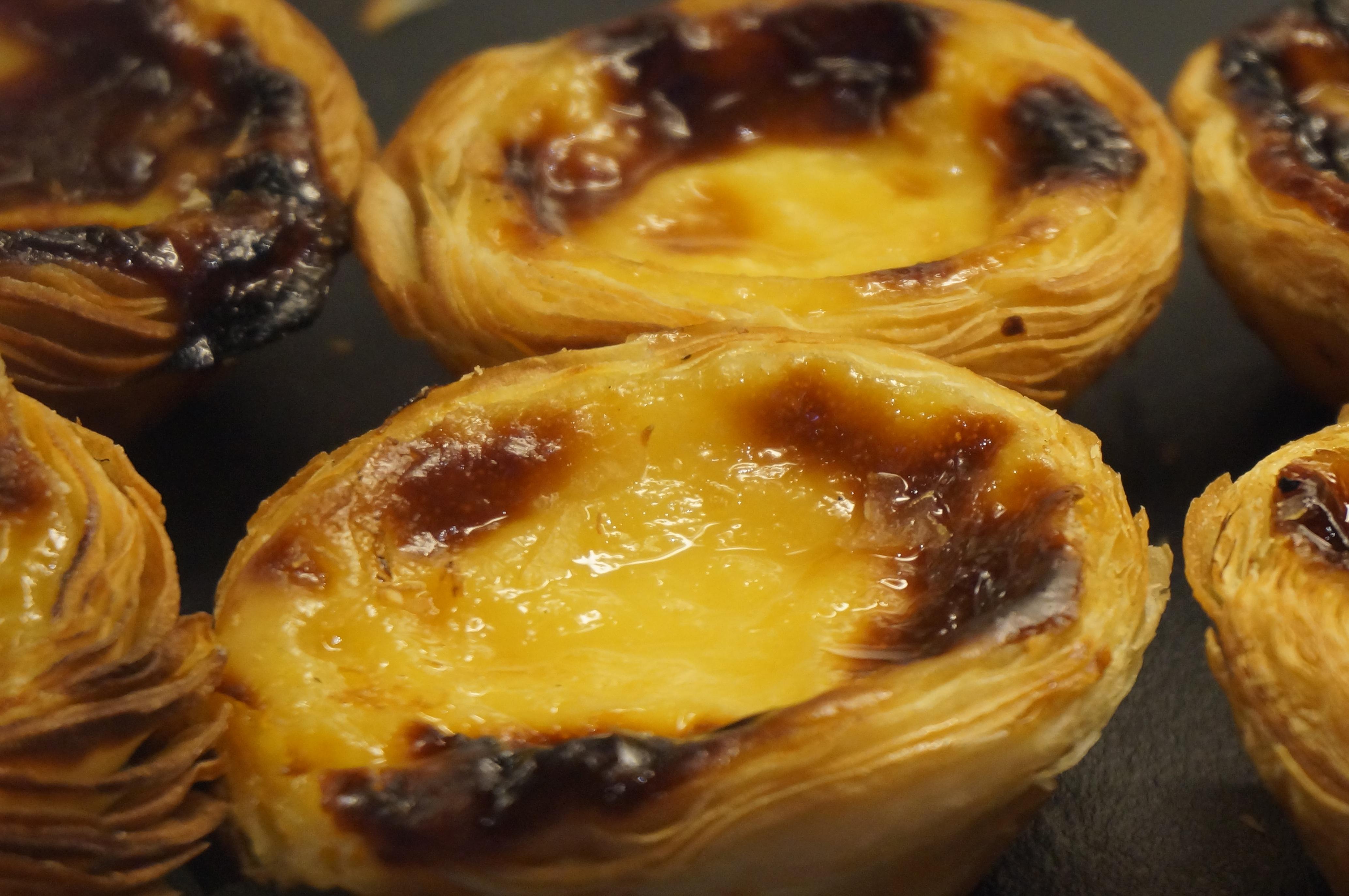 Au Portugal, Starbucks vend des pasteis de nata, le gâteau traditionnel du pays.